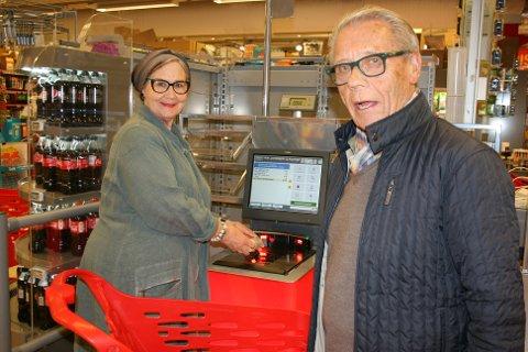 TILVENNING: Lise og Kjell Werner prøvde en selvbetjeningskasse.