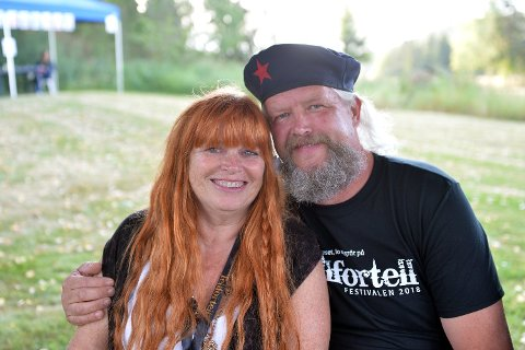 GJESTFRIE: Kari Meyer og Magne Hellesjø står bak Tellfortell-festivalen, som går av stabelen i samboerparets egen hage i Dalsroen den første helga i august. FOTO: MARIT REISJAA KARLSEN