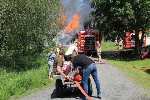 Hjalp til: En rekke frivillige hjalp brannvesenet med å slukke husbrannen på Setskog.