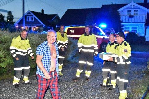 OVERRASKELSE: Kollegene overrasket utrykningsleder Thorleif Sønsterud. Bak fra venstre: Lars Erik Ottesen, Bjørn Ottesen, Arne-Christian Dahlen, Ole Ivar Berg og Per-Åge Mortensen.