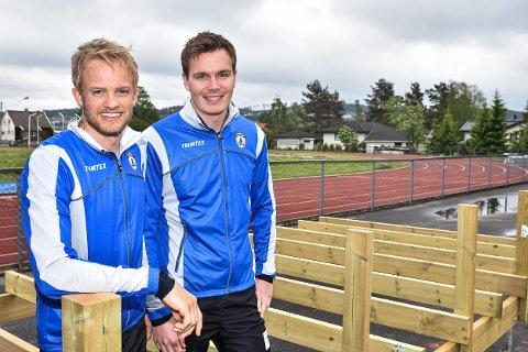 Daglig leder Even Høgenes Oppegaard i Aurskog-Høland friidrettslag (t.v.) og Simen Fjuk Vestreng gleder seg til Bjørkelekene for utviklingshemmede. Her ved den nye tribunen for rullestolbrukere.