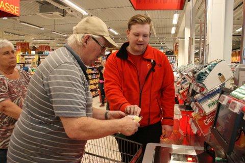 GOD VEILEDNING: Kundevert Alexander Storøy hjelper ekteparet Grefsrud med selvbetjeningen.