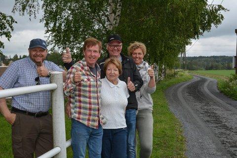 FORNØYDE: Olaf Aanerud (t.v.), Johan Dyring, Gerd Hoel, Atle Hoel og Kari-Anne Aanerud er fornøyd med at de fikk gjennomslag for det nye veinavnet. Foto: Anne Enger Mjåland