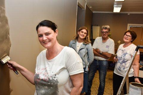 Bente Bakkene Foss bruker mye tid selv på å forvandle det gamle butikklokalet til frisørsalong, og får uvurderlig hjelp av datteren Helene og foreldrene Eva og Torger Bakkene.