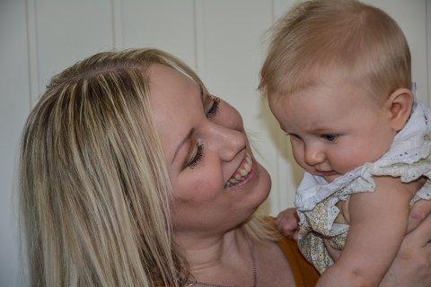 NY MENING: Karine Stigen Fjeld med datteren Jenny Nikoline.