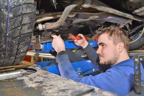 DU HAR ANSVARET: Overholder du ikke fristen for EU-kontroll, kan bilen din bli avskiltet. Her ser vi Ole Jonny Johansen i Bil & Anlegg som sjekker sikkerheten på en bil.