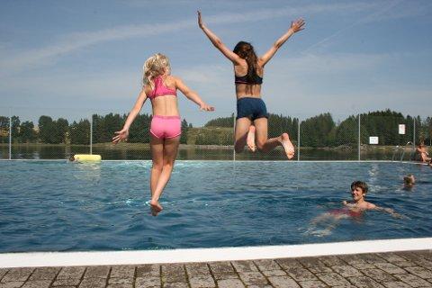 PLASK: Mathea Salvesen (t.v.) og Alva Silseth hoppet uti bassenget med stil.