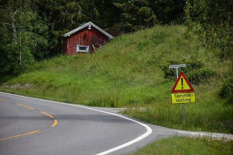 LANGVARIG: Skiltet med «tømmerlasting» har stått oppe i vel en måned. Nå varer det ikke så mye lenger til.  Foto: Anne Enger Mjåland