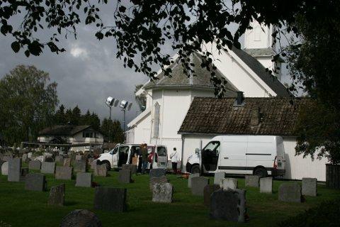 DET PRODUSERES: Kirken er omringet av utstyr og biler i forbindelse med innspillingen.