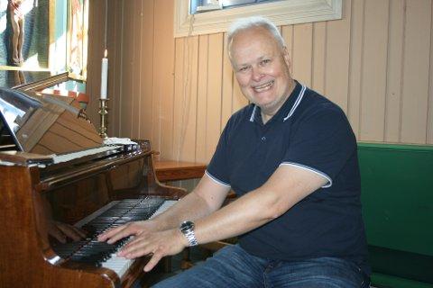 ORGANIST: Arnt Frode Strandskogen blir å finne ved klaveret rundt omkring i bygda fremover.