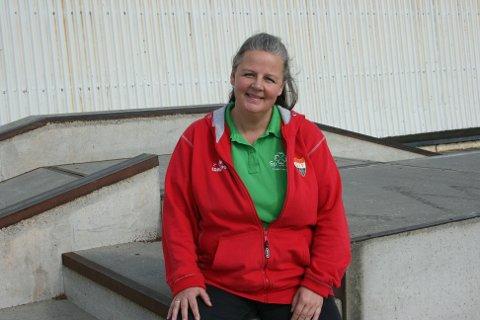 STOLT AV ANLEGGET: Jane Bråthen, her avbildet på Idrettsparkens skaterampe, er veldig stolt av idrettsanlegget på Sørumsand.