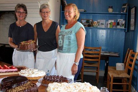 GLADE BAKERE: Det er Inger Egner, Kari- Anne Haugerud og Lena Egner som har tatt initiativet til arrangementet Bestemor Aurs konditori. FOTO: STINE STRANDHAUG