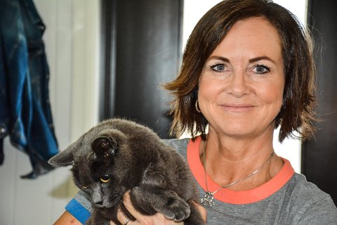 GLAD: – Freya er vel halvparten så stor som da hun ble borte. Jeg kunne kjenne ribbeina hennes da hun kom hjem! Det har jeg aldri gjort før, sier matmor Ida Ødegård Evjemo om den hjemkomne katten.