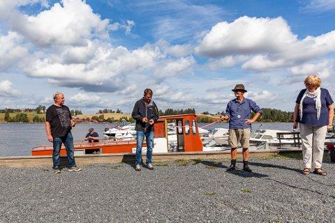 SNORKLIPPING: Simen Bjørgen, fra Kulturminnefondet, fikk æren av å klippe snora til Askeladden. Fra venstre Bjørn Sundbakken, Simen Bjørgen, Terje Bøe og Berit Leikhammer.