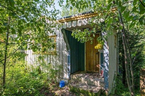 DÅRLIG STAND: Hytta i Gansdalen har stått urørt over flere år. FOTO: PRIVATMEGLEREN LILLESTRØM