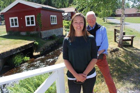 Tidligere daglig leder Bente Sveum får ros av Trygve Tamburstuen på hans siste dag.