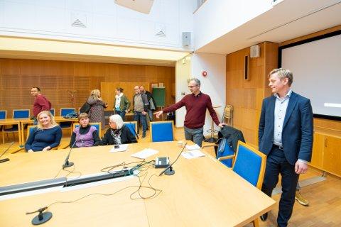 ENIGHET: Elisabeth Løvtangen (KrF), Eline Stangeland (MDG), Helen Bjørnøy (SV), Jørgen Vik (Ap) og Thor Grosås (Sp). De fem partiene presenterte onsdag kveld sin avtale for nye Lillestrøm kommune.