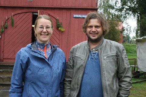ØNSKER VELKOMMEN: Mari Melhus og Henrik Berg Larsen er begge regissører og manusforfattere. Nå ønsker de velkommen til premiere på Romeriksspillene.