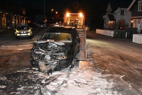 Den utbrente bilen ble fraktet bort fra Stasjonsveien på Bjørkelangen mandag morgen.