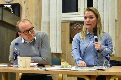 Ole André Myhrvold og Sandra Borch representerer Senterpartiet i energi- og miljøkomiteen på Stortinget. Det blir ingen hurtigbehandling i komiteen, slik Sp ba om, men saken skal behandles på ordinært vis. Bildet er tatt under et folkemøte på Hemnes om rovdyr.