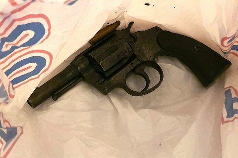 Privatetterforsker Tore Sandberg overlevert en revolver, av typen Colt Police Special 38 kaliber, til gjenopptakelseskommisjonen i Orderudsaken. Våpenet skal i følge Sandberg ha blitt oppbevart i Holmestrand-området. Foto: Tore Sandberg