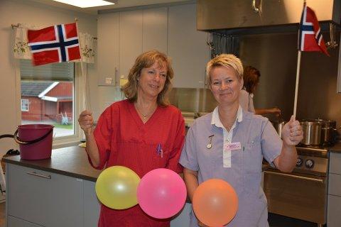 Høsten 2019 feiret Marit Ringsby (t.v.), Sølvi Bakker og andre ansatte at det fortsatt skulle lages mat ved Rømskog eldresenter. Arkivfoto: Anne Enger Mjåland