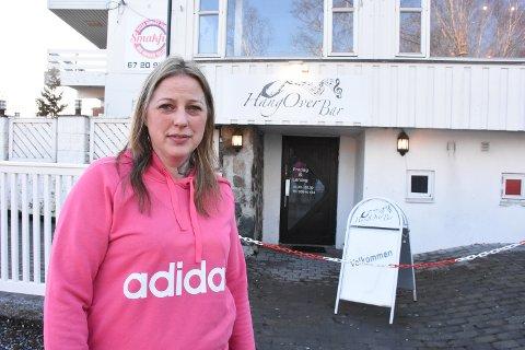 – Folk er så frekke, sier Kristine Lian Hagen etter at uvedkommende tok med seg både blomster og potter hun hadde pyntet med utenfor utestedet hun driver på Bjørkelangen.