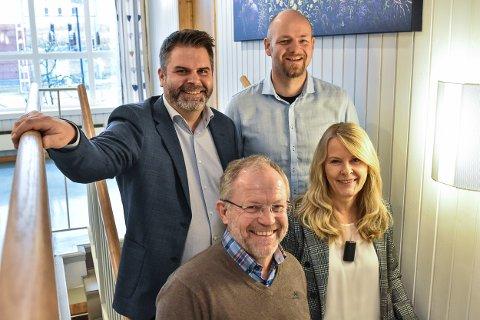 Roar Olsen (bak t.v.), Jan Egil Viken, Geir Rismyhr (foran t.v.) og Lill Granås utgjør ledergruppen i de nye selskapene til Høland og Setskog Elverk SA og Romerike Bredbånd AS.