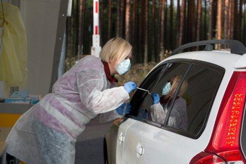 TESTER: Helsefagarbeider Jenny Marie Fjeld gjør seg klar til å koronateste en svensk pendler ved teststasjonen på Magnormoen.