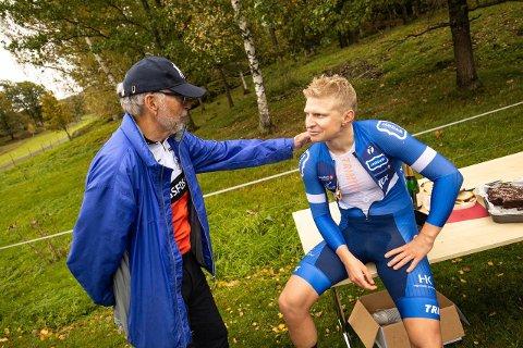 GRATULERER: Etter 35 år som innehaver av norsk rekord på 200 km sykling, måtte Svein Berg fra Løken og Bingsfoss Sykkelklubb lørdag overlate rekorden til Hans Christian Tungesvik fra bærumsklubben Jardar. Her gratulerer den gamle rekordinnehaveren den nye.