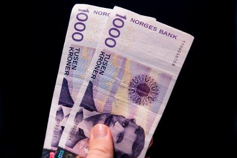 Tusenlappen med bilde av Edvard Munch kan etter lørdag ikke lenger benyttes som vanlig betalingsmiddel. Men den kan fortsatt veksles inn hos Norges Bank i ti år framover.