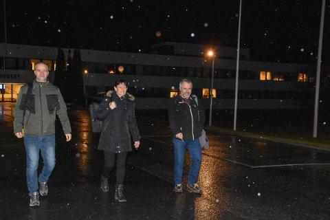 Steinar Ottesen (t.v.) fra Arbeiderpartiet, Turid Dahlum Nilsen fra Arbeiderpartiet og Simen Solbakken fra Høyre på vei ut fra rådhuset seint i ettermiddag.