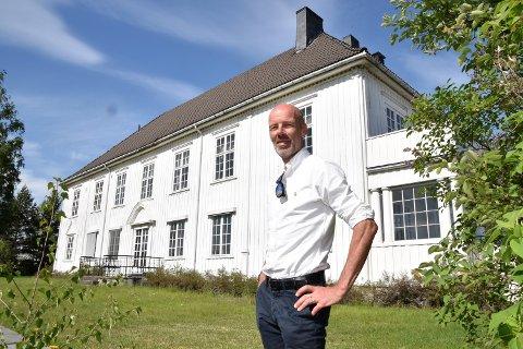 IS I MAGEN: - Det er viktig å ha is i magen, sa eiendomssjef Kjell Karlsen i Elverum kommune da han i sommer avviste bud på 5,5 millioner kroner. Endelig kjøpesum ble ni millioner kroner. Her foran Generalgården i Elverum.