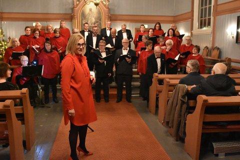 Dirigent Grazyna Saxegaard ledet koret gjennom konserten  i fjor. I år blir det verken julekonsert eller konsert under julegudstjenesten.
