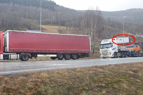 Bak denne lastebilen var det sjåføren av varebilen fant ut at han skulle bytte plass med passasjeren. Semitraileren til Kvåle har ingenting med hendelsen å gjøre, utenom at det var den varebilen gjemte seg bak ...