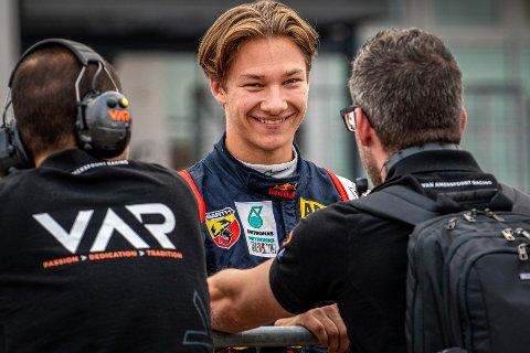 Dennis Hauger fra Aurskog prøvde seg som esportutøver og kjørte inn til andreplass i dagens NM-runde i SimRacing Grand Prix.