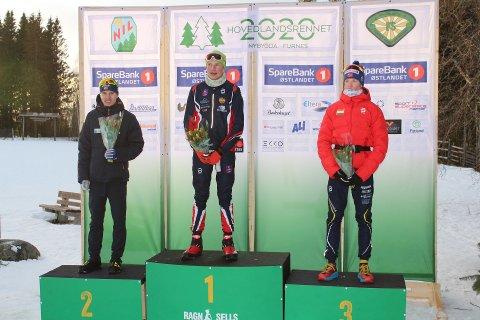 FORSVARTE TITTELEN: I fjor vant Daniel Aakervik Hovedlandarennet i langrenn. Forrige helg forsvarte han tittelen, nå i 16-årsklassen. Her er han på seierspallen etter løpet.