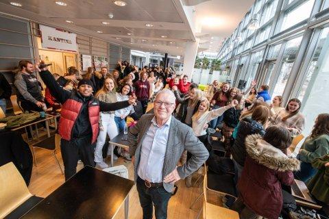 STOLTE: Glede og stolthet over gode resultater ved Sørumsand videregående skole. Rektor Kjell Hermann sammen med en gruppe elever fredag.