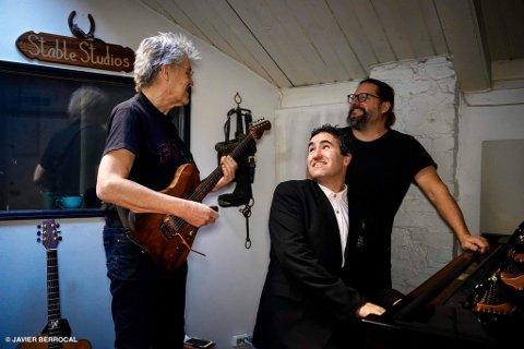 GOD STEMNING MED LEGENDER: Georg Wadenius (t.h.) og Leif Johansen (t.h.) er blant toppmusikerne som bidrar på Petter Simonsens soloalbum.