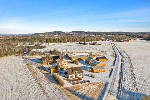 VELDREVET: Sissel og Ole Jonny Rugsveen på Snusjara i Grue selger gård med grisebesetning. Gården har vært i familiens eie siden 1850.