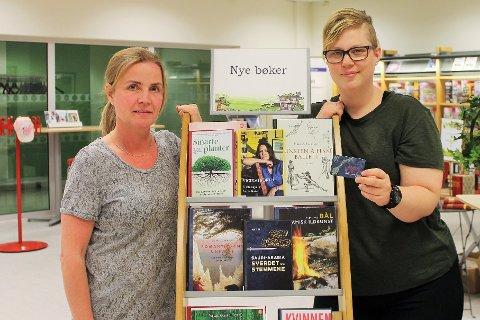Biblioteksjef Marianne Mørch Gran (t.v.) og barne- og ungdomsbibliotekar Marita Grønlund ved Aurskog-Høland bibliotek.