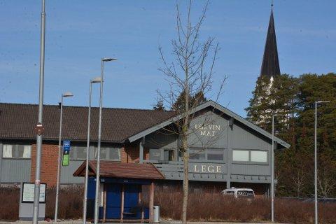 Her, utenfor Leikvin på Løken, parkerte Svein Larsen sin røde Toyota Hiluxe fredag kveld.