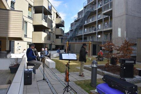 FIN ARENA: Bakgården består av et fint atrie, som passet fint for både musikere og publikum.