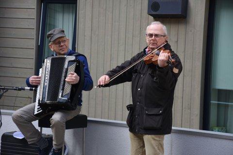 GLADE SPELLEMENN: Arve Johansen (t.v.) og Åsmund Huser skapte fin stemning med utendørskonsert på Sørumsand torsdag.