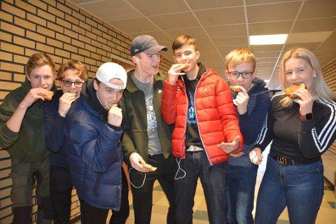 Fornøyde elever ved Aursmoen skole benytter seg av tilbudet om skolefrokost. Simen Blakseth (t.v.), Jonas Ruud, Mads Kringberg, Fredrik Mangen, Aron Thendrup, Jonas Floden og Mia Flaem.