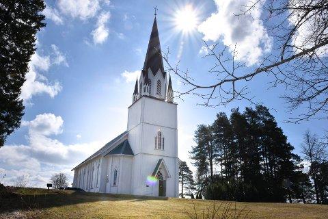 Kirkelig fellesråd vil øke festeavgiften til 200 kroner ved Løken kirke og de øvrige kirkene i tidligere Aurskog-Høland kommune.