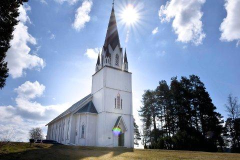 Lørdagene framover skal det ringes i kirkeklokkene i Løken kirke, og de andre kirkene i distriktet.