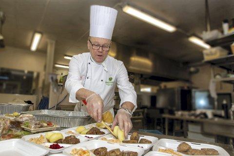 Dagens rett: I dag er det bestilt kjøttkaker, men Max Ivan forteller at de har alt fra fiskegrateng til lammekarét på menyen.bilder: Kjell R. Hermansen