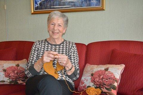 – I påsken i fjor var jeg i Seattle. Det er rart å tenke på, sier Liv Jacobsen. Hjemme på Bjørkelangen har hun funnet fram strikketøyet etter en lang og litt strabasiøs reise hjem fra USA.
