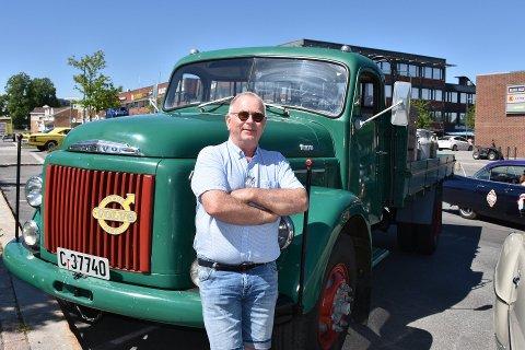 Arne Kilde fra Høland var en av mange med veterankjøretøy som kjørte kortesje fra Sørumsand og gjennom store deler av Aurskog-Høland søndag.
